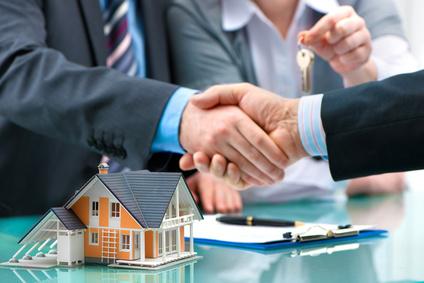 Baufinanzierung: Händedruck zum Abschluss