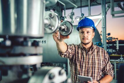 Mann überwacht die Erdgas Förderung