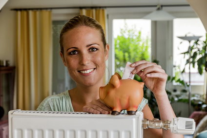 Frau spart Geld nach Gaspreisvergleich