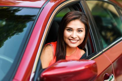Gebrauchtwagen Finanzierung: Frau freut sich über neues Auto