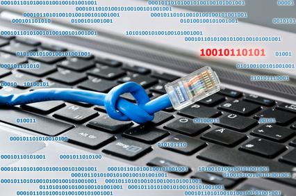 Neuer Internetanbieter? Netzwerkkabel auf Tastatur