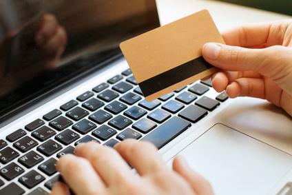 Prepaid Kreditkarte in einer Hand zur Eingabe der Daten