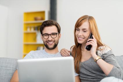 Paar mit günstiger Telefon Flat und Internet