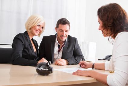Frau unterschreibt bei Abschluss einer Rürup-, bzw. Basisrente