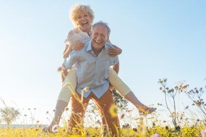 Glückliches Rentner-Paar durch eine individuelle Rentenversicherung