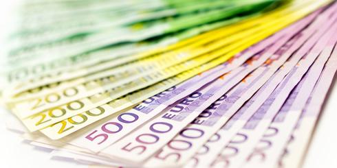 Geldscheine als Fächer aufgereiht: Kein Problem bei einem 15.000 Euro Kredit