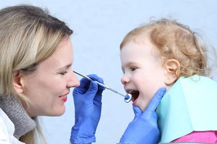Kind bei einer Untersuchung beim Zahnarzt