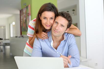 Paar vergleicht die besten Internet Angebote online am Laptop